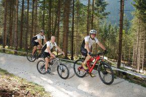 Drei Sportler unter sich: Dr. Florian Dirisamer, Dr. Christian Patsch und Mario Billich bei einer gemeinsamen Mountainbike-Fahrt in der neu eröffneten Arena in Obertraun.