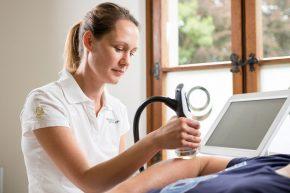 Über einen Schallkopf wird die Energie der Stoßwellen auf das schmerzhafte Gewebe übertragen und Heilungsprozesse in Gang gesetzt.