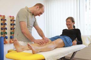 Die Physiotherapie leistet einen wichtigen Beitrag zur Behandlung von Knieproblemen.