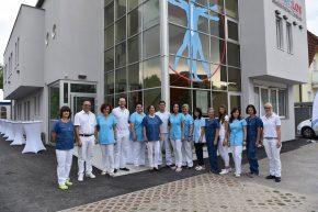 Das SchmerzLos-Team vor dem neuen Zentrum in Linz-Urfahr.