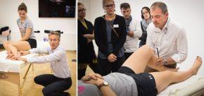 Ganz praktisch: Christian Hoser bei der Untersuchung des Sprunggelenks / Sein Universum: Christian Fink bei der klinischen Knieuntersuchung