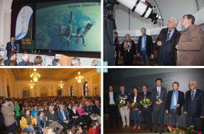 1 Kosmonaut Yuri Baturin vor der SchmerzLOS Flagge / 2 Besichtigung der Sternwarte im Petrinum / 3 Voller Festsaal während der Diskussion / 4 Dr. Stelzer neben den Astronauten und den übrigen Teilnehmern der Expertenrunde