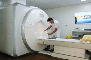 Der Radiologie der Privatklinik Hochrum steht neben CT, Röntgen und Ultraschall auch ein leistungsstarkes 3-Tesla-MRT zur Verfügung..
