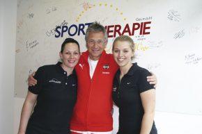 Walter Povysil mit Elisabeth Aigner und Theresa Stöbich in der Sporttherapie Linz