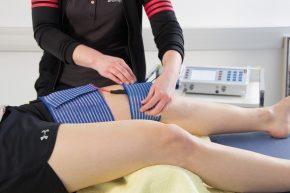 Zusätzlich stehen noch zahlreiche physikalische Therapien zur Verfügung, um eine Schmerzlinderung herbeizuführen: Ultrareizstrom hochdosiert, Cryotherapie oder Unterwassertherapie.