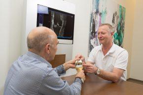 Viele neue Techniken und Prothesendesigns erfordern eine ausführliche Beratung, um die beste Lösung für jeden Patienten anbieten zu können.